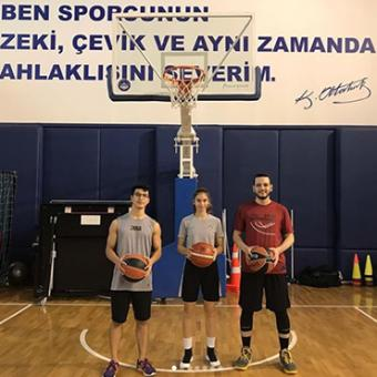 Students and teachers practiced basketball with national player,